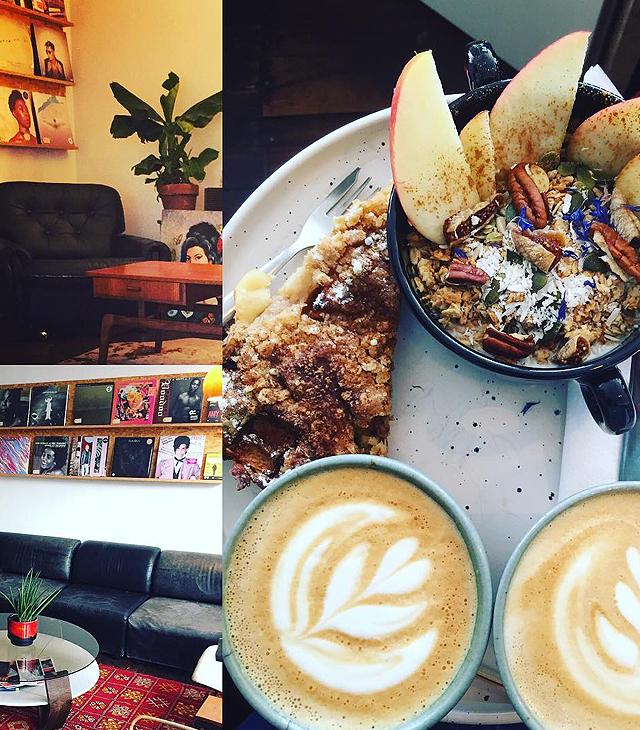 Ontbijt, koffie en muziek